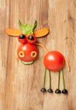 Lustiger Gemüsekoch mit Gabel und Löffel Stockbilder