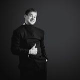 Lustiger Geschäftsmann im schwarzen Anzug, gekleidet Lizenzfreies Stockbild
