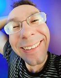 Lustiger glücklicher Mann im Glasportrait Stockfoto