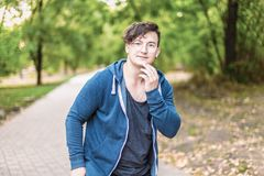 Lustiger hübscher kaukasischer Mann mit runden Brillen und Kopfhörern lizenzfreie stockfotografie
