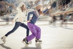 Lustiger Jugendlicheislauf der Gruppe im Freien an der Eisbahn Stockfoto