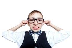 Lustiger Junge in den Gläsern schließen oben auf weißem Hintergrund Stockbild