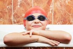 Lustiger Junge in den Schwimmenbrillen und -schutzkappe stockfotografie