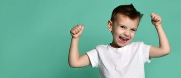 Lustiger Junge, der mit seinen Händen oben schreit lizenzfreies stockbild