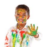 Lustiger Junge mit den Händen und Gesicht voll der Farbe Stockbilder