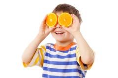 Lustiger Junge mit Früchten auf Augen Lizenzfreie Stockfotos