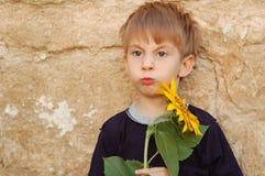 Lustiger Junge mit Sonnenblume Lizenzfreie Stockfotos