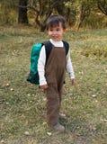 Lustiger Junge steht mit Rucksack Lizenzfreie Stockbilder