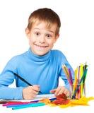 Lustiger Junge zeichnet mit Bleistiften Lizenzfreie Stockfotos