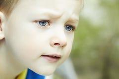 Lustiger junger glücklicher Junge Gesicht des Kindes Stockfoto