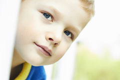 Lustiger junger glücklicher Junge Gesicht im Freien des Kindes Lizenzfreie Stockfotos