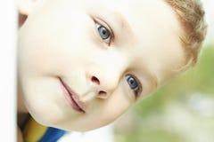 Lustiger junger glücklicher Junge Nahaufnahmegesicht des Kindes Lizenzfreies Stockbild