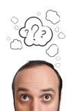 Lustiger junger Kerl mit Fragezeichen über seinem Kopf Stockbild