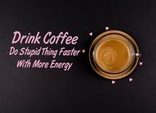 Lustiger Kaffee Memes, 'trinken Kaffee, die dummen Sachen zu tun, die schneller sind mit Energie ' lizenzfreie stockfotos