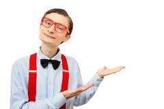 Lustiger Kerl, der Ihr Produkt zeigt Lizenzfreie Stockfotos
