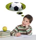 Lustiger Kerl in der Kategorie, die an das Spielen des Fußballs denkt Stockfoto