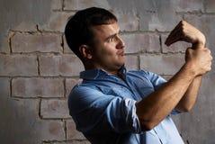 Lustiger Kerl gegen Wand Stockbilder
