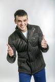 Lustiger Kerl lokalisiert auf einem grauen Hintergrund Stockfotografie