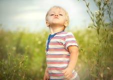 Lustiger kleiner Junge stockfoto