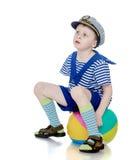 Lustiger kleiner Junge in der aufblasbaren Ballmarineklage lizenzfreies stockfoto