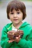 Lustiger kleiner Junge, der mit dem Auto der Schokolade, im Freien spielt Lizenzfreie Stockfotografie