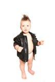 Lustiger kleiner Junge in einer Lederjacke und in einer Windel auf einem weißen BAC Stockfotos