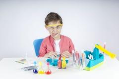 Lustiger kleiner Wissenschaftler Lizenzfreie Stockfotografie