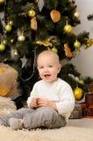 Lustiger Kleinkindjunge im Weihnachtsinnenraum Stockfotografie