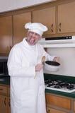 Lustiger Koch-Chef, der falsche Probieren-Nahrung, Abendessen kocht Lizenzfreies Stockfoto