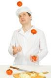 Lustiger Koch mit Tomate lizenzfreie stockfotos