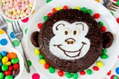 Lustiger Kuchen in Form von Affegesicht für Kinder Lizenzfreie Stockfotos