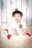 Lustiger lächelnder kleiner Junge gekleidet als Kapitän zur See in der Marinekappe Lizenzfreie Stockfotografie