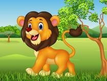 Lustiger Löwe der Karikatur, der in Dschungelhintergrund geht Stockbild