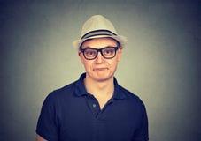 Lustiger Mann in den Gläsern, die Grimasse machen lizenzfreies stockfoto