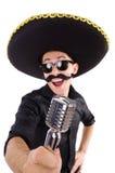 Lustiger Mann, der den mexikanischen Sombrerohut lokalisiert trägt Lizenzfreie Stockfotos