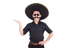 Lustiger Mann, der den mexikanischen Sombrerohut an lokalisiert trägt Lizenzfreie Stockbilder