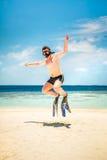 Lustiger Mann, der in Flipper und in Maske springt. Stockfoto