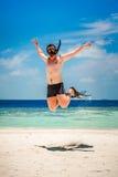 Lustiger Mann, der in Flipper und in Maske springt stockfotos