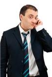 Lustiger Mann, der am Telefon spricht Stockbilder