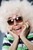 Lustiger Mann mit Afrofrisur auf Stockfoto