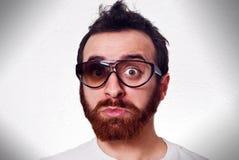 Lustiger Mann mit fantastischen gebrochenen Gläsern Stockbild