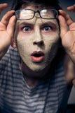 Lustiger Mann mit Gesichtsschablone und Gläsern Lizenzfreies Stockbild