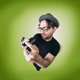 Lustiger Mann mit Hut und photocamera selfie lachen Stockbild