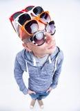 Lustiger Mann mit Paaren Sonnenbrille auf seiner kopf- Atelieraufnahme Lizenzfreies Stockbild