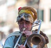 Lustiger Manntrombone-Spieler Stockbild