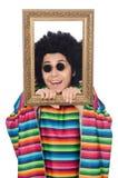 Lustiger Mexikaner mit dem Fotorahmen lokalisiert auf Weiß Lizenzfreies Stockfoto