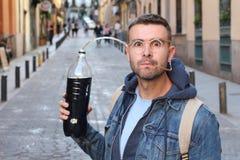 Lustiger pic des Mannes süchtig zum Soda stockbild