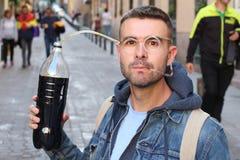 Lustiger pic des Mannes süchtig zum Soda stockfoto