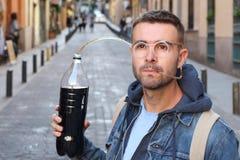 Lustiger pic des Mannes süchtig zum Soda stockfotos