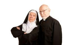 Lustiger Priester und Nonne Stockfotos